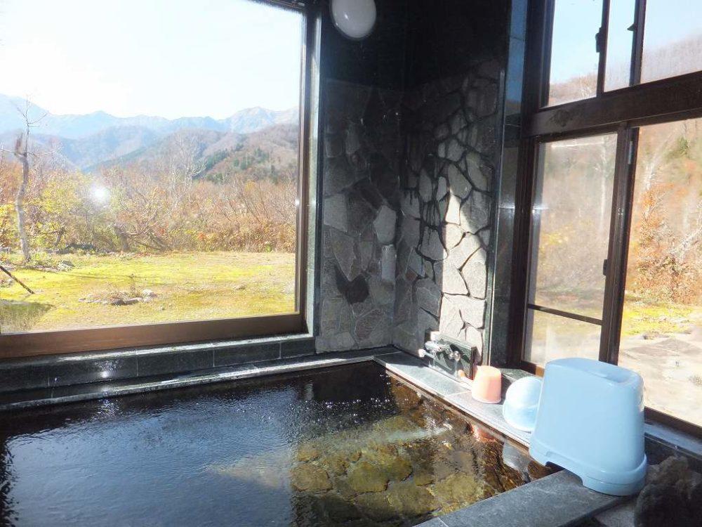 荒沢ヒュッテ 窓の大きな内風呂