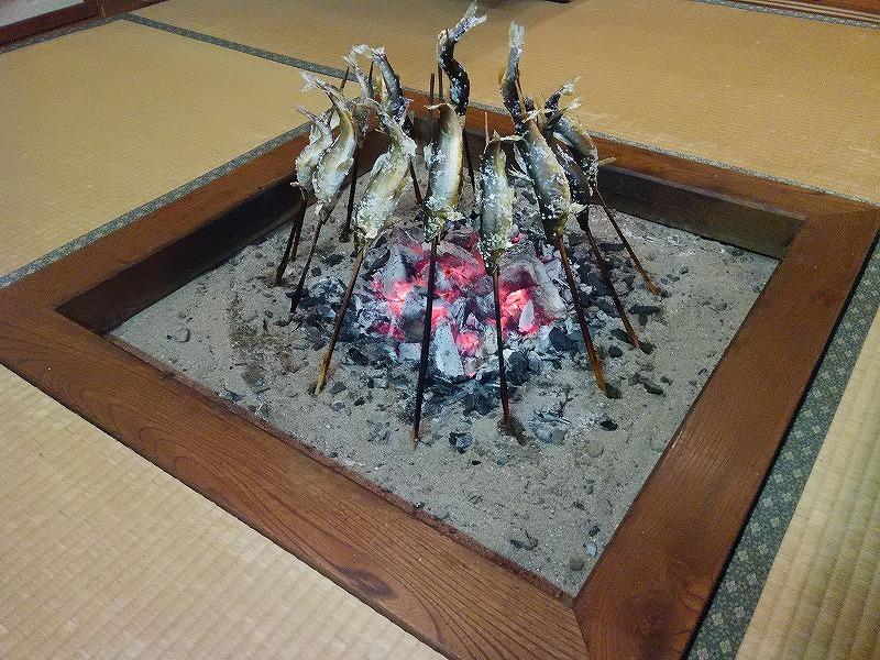 入舟 囲炉裏で焼く鮎