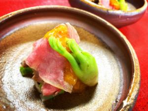 牛肉のたたきと山菜のサラダ仕立て